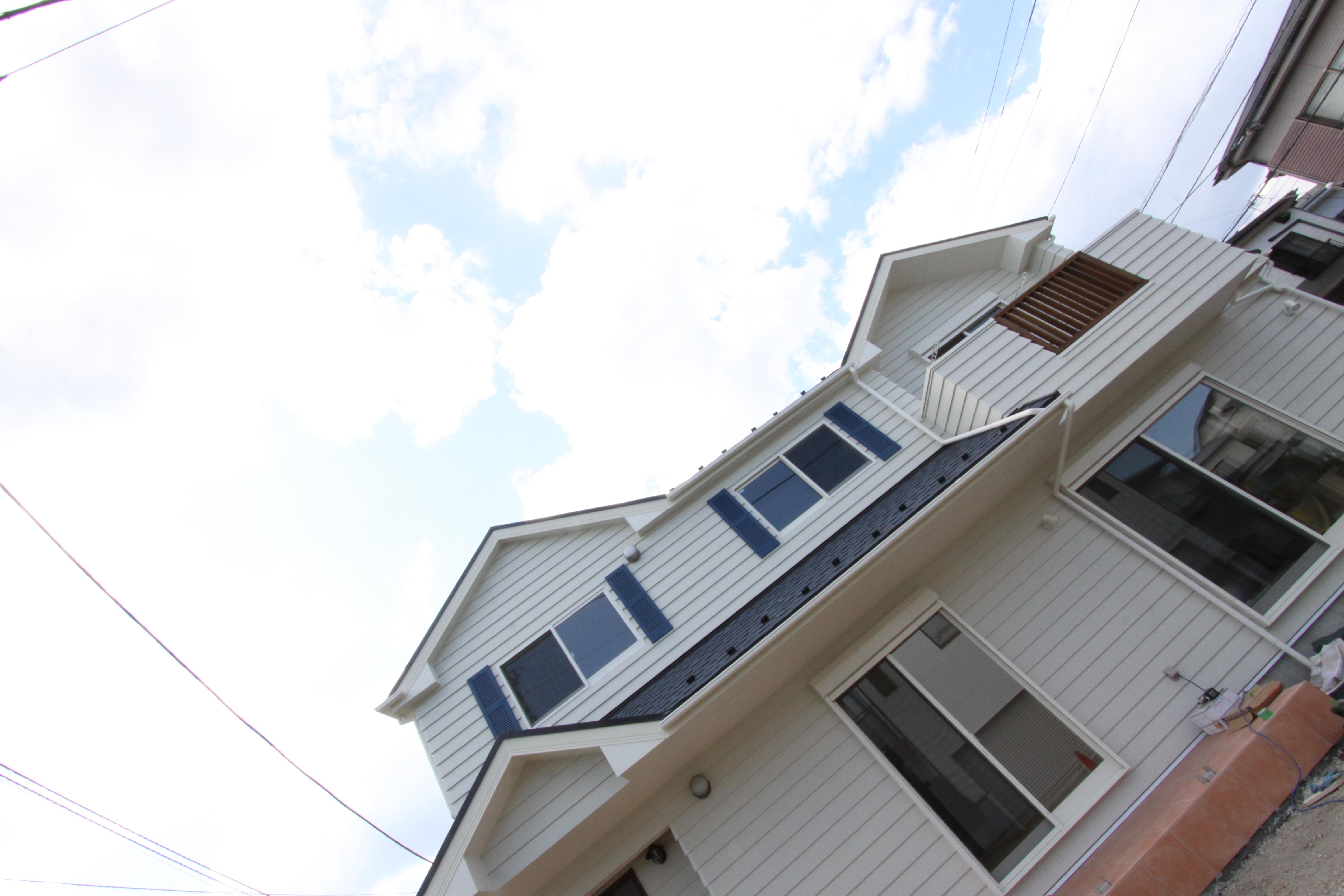 北米スタイル住宅を実現!青空に映える白壁の家