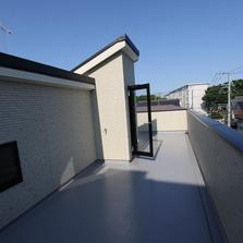 光と風の吹き抜ける屋上のある家